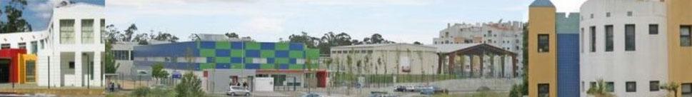 Montagem fotográfica: três edifícios escolares (o do meio com ginásio e campo desportivo exterior coberto).